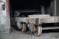 Βαγόνι εμπορευμάτων για τη μεταφορά των τσιμεντένιων πλακών στο γκαράζ Στοκ Εικόνες
