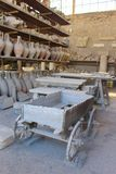Βαγόνι εμπορευμάτων και αγαθά που βρίσκονται κατά τη διάρκεια των ανασκαφών στην Πομπηία στοκ εικόνα με δικαίωμα ελεύθερης χρήσης