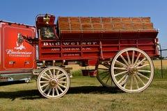 Βαγόνι εμπορευμάτων και φορτηγό της Budweiser για τη μεταφορά του Clysdales και των προμηθειών Στοκ Εικόνες