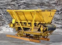 Βαγόνι εμπορευμάτων μεταλλείας στο αλατισμένο ορυχείο στοκ εικόνες