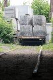 Βαγόνι εμπορευμάτων με τις τσιμεντένιες πλάκες στη βιομηχανική παραγωγή Στοκ εικόνες με δικαίωμα ελεύθερης χρήσης