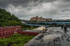 Βαθειά συννεφιάζω άποψη του εγκαταλειμμένων εργοστασίου & του νοσοκομείου γυαλιού στοκ εικόνες