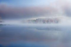 Βαθιά λίμνη φθινοπώρου στην ομίχλη Στοκ Φωτογραφία