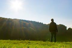 Βαθιά αναπνοή ατόμων στη φύση στοκ εικόνα με δικαίωμα ελεύθερης χρήσης