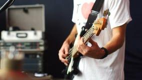 Βαθιά κιθάρα παιχνιδιών τυμπανιστών και Bassist εσωτερικό σκηνικό θέατρο αιθουσών απόθεμα βίντεο