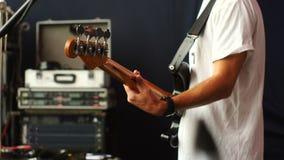 Βαθιά κιθάρα παιχνιδιών τυμπανιστών και Bassist εσωτερικό σκηνικό θέατρο αιθουσών Πίσω πλάγια όψη απόθεμα βίντεο