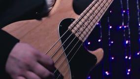 Βαθιά κινηματογράφηση σε πρώτο πλάνο κιθάρων παιχνιδιών κιθαριστών απόθεμα βίντεο