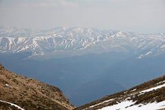 Βαθιά κοιλάδα από την άποψη υψηλών βουνών στοκ φωτογραφία με δικαίωμα ελεύθερης χρήσης
