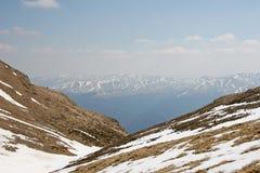 Βαθιά κοιλάδα από την άποψη υψηλών βουνών στοκ εικόνα με δικαίωμα ελεύθερης χρήσης
