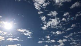 Βαθιά μπλε ηλιόλουστος ουρανός με τα άσπρα σύννεφα Μπλε ουρανός με την κινηματογράφηση σε πρώτο πλάνο σύννεφων μπλε λευκό ουρανού απόθεμα βίντεο