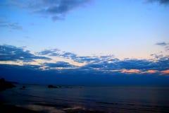 Βαθιά μπλε νεφελώδης ουρανός πέρα από τη θάλασσα στοκ εικόνες