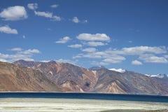 Βαθιά μπλε άποψη λόφων λιμνών και ερήμων στοκ εικόνες με δικαίωμα ελεύθερης χρήσης