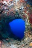 Βαθιά μπλε νερό σε μια υποβρύχια έξοδο σπηλιών Στοκ φωτογραφίες με δικαίωμα ελεύθερης χρήσης