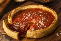 Βαθιά πίτσα τυριών πιάτων ύφους του Σικάγου στοκ εικόνα