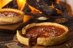 Βαθιά πίτσα τυριών πιάτων ύφους του Σικάγου στοκ φωτογραφίες