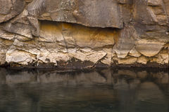 Βαθιά - πράσινος ποταμός στον τοίχο φαραγγιών στοκ εικόνες
