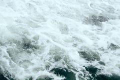 Βαθιά σκοτεινή αφρίζοντας θάλασσα στοκ εικόνες