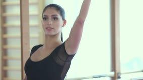 Βαθιά στάση οκλαδόν Νέα όμορφη γυναίκα στο φόρεμα που κάνει τη στάση οκλαδόν κοντά στην εγκάρσια ράβδο απόθεμα βίντεο