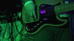 βαθιά στενή κιθάρα επάνω Κιθάρα παιχνιδιού ατόμων στη συναυλία βράχου 4K βίντεο UHD απόθεμα βίντεο