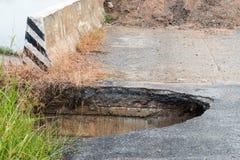 Βαθιά τρύπα κάτω από το στρωμένο δρόμο κοντά στη γέφυρα Στοκ φωτογραφία με δικαίωμα ελεύθερης χρήσης