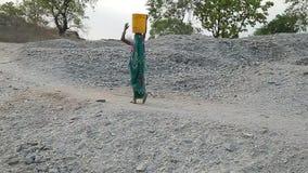 Βαθιά τρύπα στο έδαφος στη ζούγκλα Ορυχείο, εξαγωγή της μίκας Ινδία, Ασία φιλμ μικρού μήκους