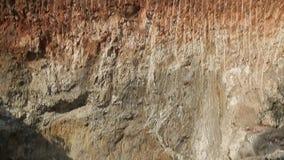 Βαθιά τρύπα στο έδαφος στη ζούγκλα Ορυχείο, εξαγωγή της μίκας Ινδία, Ασία απόθεμα βίντεο
