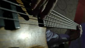 Βαθιές πέρκες επάνω παιχνιδιού κιθαριστών στενές με τα δάχτυλα απόθεμα βίντεο