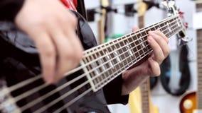 Βαθιές φιλότεχνες πέρκες επάνω παιχνιδιού κιθαριστών στενές με τα δάχτυλα φιλμ μικρού μήκους