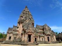 Βαθμίδα Hin Phanom Prasat ενάντια στο δονούμενο μπλε ουρανό, καλά συντηρημένος αρχαίος Khmer ναός στην επαρχία Buriram Στοκ φωτογραφία με δικαίωμα ελεύθερης χρήσης