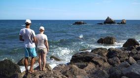 Βαθμιαία εμφανιμένος οικογένεια στην παραλία φιλμ μικρού μήκους