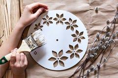 Βαθμιαία οδηγίες για την κατασκευή των ρολογιών χειροποίητων Στοκ φωτογραφίες με δικαίωμα ελεύθερης χρήσης
