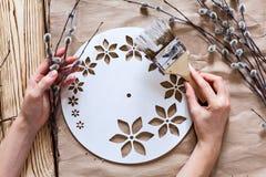 Βαθμιαία οδηγίες για την κατασκευή των ρολογιών χειροποίητων Στοκ φωτογραφία με δικαίωμα ελεύθερης χρήσης