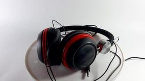 360 βαθμοί βίντεο, ακουστικά σε ένα άσπρο υπόβαθρο, εξάρτημα μουσικής για να ακούσει τη μουσική φιλμ μικρού μήκους