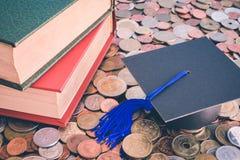 Βαθμολόγηση ΚΑΠ και βιβλία σε πολλά νομίσματα - αποταμίευση χρημάτων για το educat Στοκ Φωτογραφία