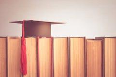 Βαθμολόγηση ΚΑΠ πέρα από τα βιβλία στο άσπρο υπόβαθρο τοίχων - Educati Στοκ φωτογραφία με δικαίωμα ελεύθερης χρήσης