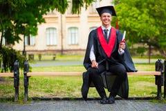 Βαθμολόγηση: Σπουδαστής που στέκεται με το δίπλωμα Στοκ Εικόνες