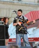 Βαθύς κιθαρίστας στο μικρόφωνο Στοκ Εικόνες