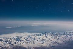 Βαθύς μπλε ουρανός με τα αστέρια κάτω από τα χιονώδη βουνά στοκ εικόνα με δικαίωμα ελεύθερης χρήσης