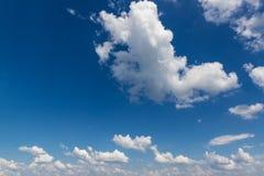 Βαθύς μπλε ουρανός με τα μεγάλα άσπρα σύννεφα σωρειτών Στοκ Εικόνα