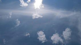 Βαθύς μπλε ουρανός με τα σύννεφα απόθεμα βίντεο