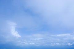 Βαθύς μπλε ουρανός με μερικά άσπρα σύννεφα Στοκ Φωτογραφίες