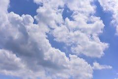 Βαθύς μπλε ουρανός με το σύννεφο Στοκ φωτογραφίες με δικαίωμα ελεύθερης χρήσης