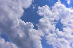 Βαθύς μπλε ουρανός με το σύννεφο Στοκ φωτογραφία με δικαίωμα ελεύθερης χρήσης
