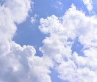 Βαθύς μπλε ουρανός με το σύννεφο Στοκ Φωτογραφία