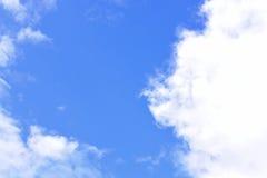 Βαθύς μπλε ουρανός με το σύννεφο Στοκ Εικόνα