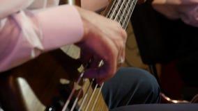 Βαθύς στενός επάνω κιθαριστών φιλμ μικρού μήκους