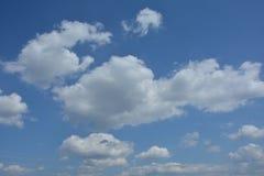 Βαθύτερος μπλε θερινός ουρανός με τα αρχικά σύννεφα στοκ εικόνες