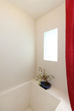 βαθύ άσπρο παράθυρο σκαφών κεραμιδιών ντους Στοκ Φωτογραφία