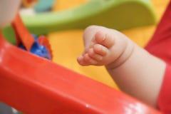 βαθύ μασάζ ποδιών πεδίων μωρών ρηχό στοκ φωτογραφία με δικαίωμα ελεύθερης χρήσης