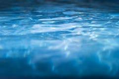 Βαθύ μπλε υπόβαθρο νερού λιμνών Στοκ φωτογραφία με δικαίωμα ελεύθερης χρήσης